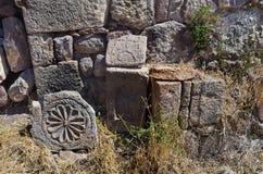 Ruiny budynki i khachkars 5-7 wieków w antycznym monasterze Tsahats-kar w górach Armenia Zdjęcie Stock