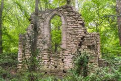 Ruiny głęboko w lesie z światłem słonecznym Zdjęcie Stock