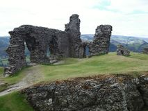 Ruiny gdzieś na wzgórzu wzdłuż drogi Walles fotografia stock