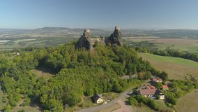 Ruiny gotyk roszują Trosky w parka narodowego czecha raju Widok z lotu ptaka ?redniowieczny zabytek w republika czech zbiory wideo
