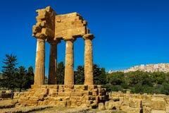 Ruiny Grecka świątynia Rycynowy i Pollux z Agrigento w tle zdjęcia royalty free