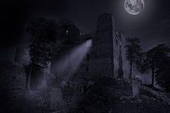 Ruiny grodowy Helfenburk w tajemnica blasku księżyca fotografia stock