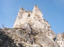 Ruiny Hricovsky hrad roszują w Sulovske vrchy górach w Sistani nad Hricovske Podhradie wioska zdjęcia stock