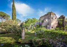 Ruiny i bujny roślinność w ogródzie Ninfa Zdjęcia Stock