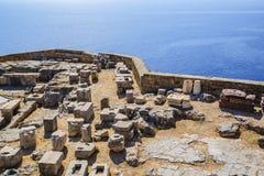 Ruiny i kamieni bloki antyczny akropol miasto Lindos przeciw tłu morze śródziemnomorskie Grecja obraz royalty free