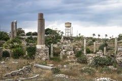 Ruiny i watertower z dramatycznym cloudscape w oponie, podśmietanie, Liban Obrazy Stock