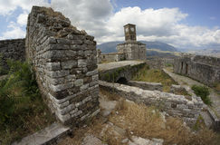 Ruiny i zegarowy wierza w szerokim kącie zdjęcia stock