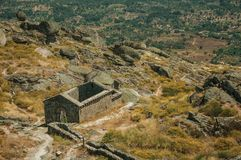 Ruiny kościół São Miguel robią Castelo blisko Monsanto obrazy royalty free