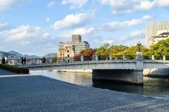 Ruiny kopuła, Hiroszima, z nowym miasta otaczaniem obraz royalty free