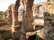 Ruiny Krevsky kędziorek cegła biel odosobniony czerwony Białoruś Fotografia Stock