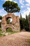 Ruiny od Acquedotto Claudio i kamienna ulica w palatynu wzgórzu Fotografia Stock