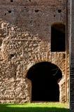 Ruiny od starej rzymianin ściany, drzwi przy caracalla wiosnami w Rzym i Zdjęcie Stock