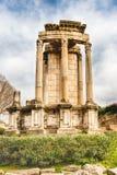 Ruiny przy świątynią Vesta w Romańskim forum, Rzym, Włochy zdjęcia stock