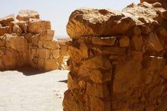 Ruiny przy Masada z Nieżywym morzem w tle Zdjęcie Royalty Free