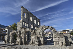 Ruiny rzymski teatr w Aosta obrazy royalty free