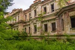 Ruiny stara rezydencja ziemska Ruiny stary pałac w drewnach Zdjęcie Royalty Free