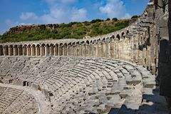 Ruiny stary amphitheatre w Turcja blisko do miasteczka Marmaris i są teraz ważnym atrakcją turystyczną zdjęcie stock