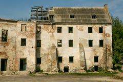 Ruiny stary Klevan kasztel Rujnująca ściana z okno przeciw niebieskiemu niebu Podwórze Rivne region Ukraina Fotografia Stock