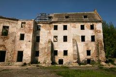 Ruiny stary Klevan kasztel Rujnująca ściana z okno przeciw niebieskiemu niebu Podwórze Rivne region Ukraina Zdjęcie Stock
