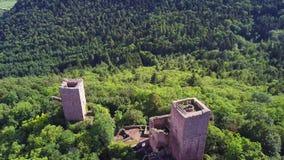Ruiny Trzy kasztelu blisko Colmar, Alsace Powietrzny trutnia widok zbiory wideo