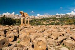 Ruiny w dolinie świątynie Agrigento; świątynia Dioscuri w tle Zdjęcia Stock