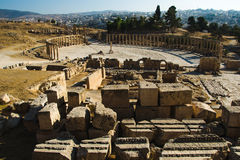 Ruiny z elementu sanktuarium Zeus Olympios antykwarski grodzki Gerasa i Owalny forum Nowożytny Jerash na tle Turystyczny attr Zdjęcia Royalty Free