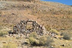 Ruiny zaniechany kamienia dom w pustynia krajobrazie Obrazy Stock