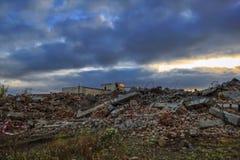 Ruiny zniszczony budynek w mieście obrazy royalty free