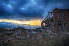 Ruiny zniszczony budynek w mieście obraz stock