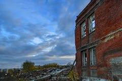 Ruiny zniszczony budynek w mieście obrazy stock