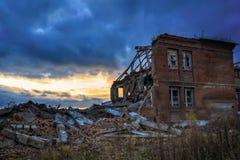 Ruiny zniszczony budynek w mieście zdjęcie royalty free