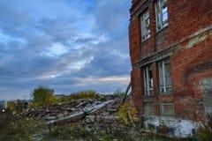 Ruiny zniszczony budynek w mieście zdjęcia stock