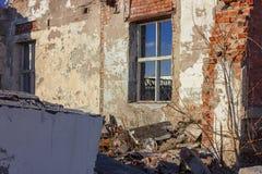 Ruiny zniszczony budynek w mie?cie fotografia royalty free