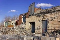 Ruiny zniszczony budynek w mie?cie obrazy stock