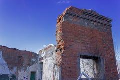 Ruiny zniszczony budynek w mie?cie obraz stock
