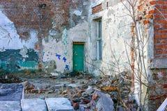 Ruiny zniszczony budynek w mie?cie zdjęcia stock