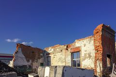 Ruiny zniszczony budynek w mie?cie fotografia stock