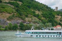 ruiseskepp på Danube River och berg i bakgrund royaltyfri foto