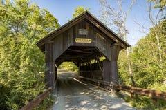 Ruisseau d'or de pont couvert dans Stowe Vermont images libres de droits