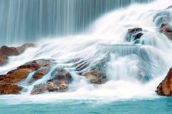 Ruisseau de cascade à écriture ligne par ligne Photo stock