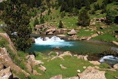 Ruisselets et cascades dans l'Espagnol Pyrénées Image stock