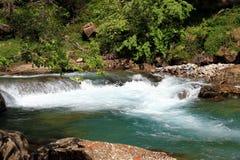 Ruisselets et cascades dans l'Espagnol Pyrénées Photo stock