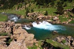 Ruisselets et cascades dans l'Espagnol Pyrénées Images stock