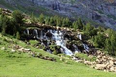 Ruisselets et cascades dans l'Espagnol Pyrénées Photographie stock libre de droits