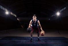Ruissellement stationnaire de joueur de basket double Image libre de droits