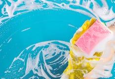 Ruit van het hand de schoonmakende glas met detergens royalty-vrije stock foto