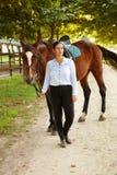 Ruiter en paard in openlucht royalty-vrije stock afbeeldingen