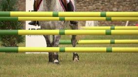 Ruiter met paard, die een hindernis springen