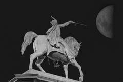 Ruiter met zwaard onder de Maan Royalty-vrije Stock Afbeelding