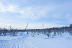 Ruiter op de sneeuwscooter in de toevlucht van de bergenski in Amut Rusland royalty-vrije stock afbeelding